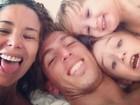 Danielle Winits curte o Dia das Mães com o namorado e os filhos