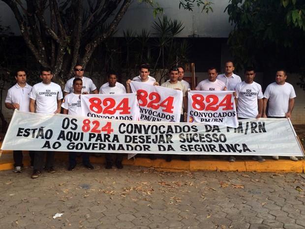 Policiais militares concursados fizeram uma manifestação em frente ao Centro de Convenções de Natal desejando boa sorte ao governador eleito do Rio Grande do Norte (Foto: Fernanda Zauli/G1)