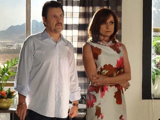 Berna e Mustafa ouvem as informações de Helô (Foto: Salve Jorge/ TV Globo)