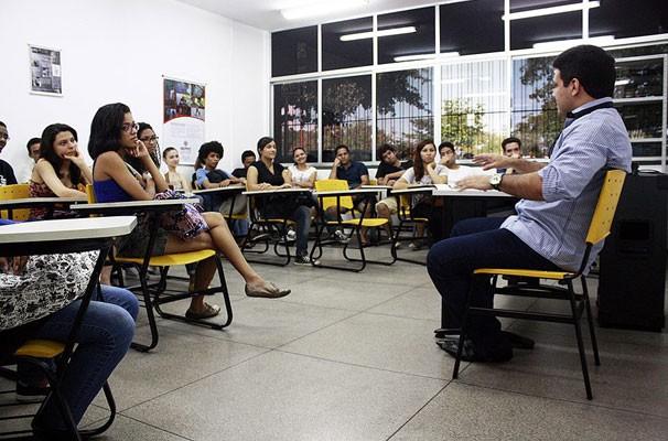 Jornalista falou sobre a rotina produtiva do telejornal e as curiosidades de bastidores. (Foto: Gabriel Paulino/Divulgação)