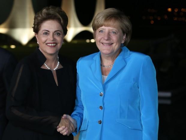 A presidente do Brasil Dilma Rousseff e a chanceler alemã Angela Merkel se encontram em reunião no Palácio da Alvorada, em Brasília (Foto: AP Photo/Eraldo Peres)