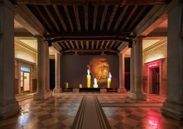 """""""O barco está furado. O capitão mentiu"""" é o nome da mostra que ocupa o endereço veneziano da Fondazione Prada.  (Foto: Reprodução/Fondazione Prada)"""