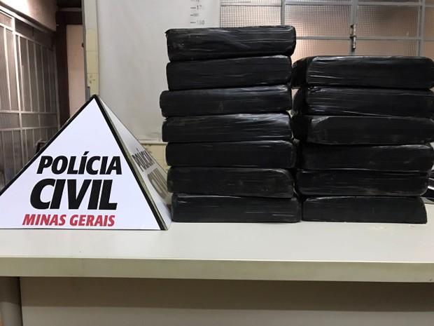 Dupla é presa com drogas durante operação policial em Patrocínio (Foto: Polícia Civil/Divulgação)
