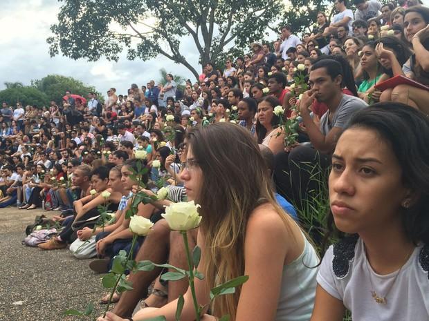 Colegas participam de segunda homenagem na UnB à estudante Louise Ribeiro, morta pelo ex por se recusar a reatar relacionamento (Foto: Alexandre Bastos/G1)