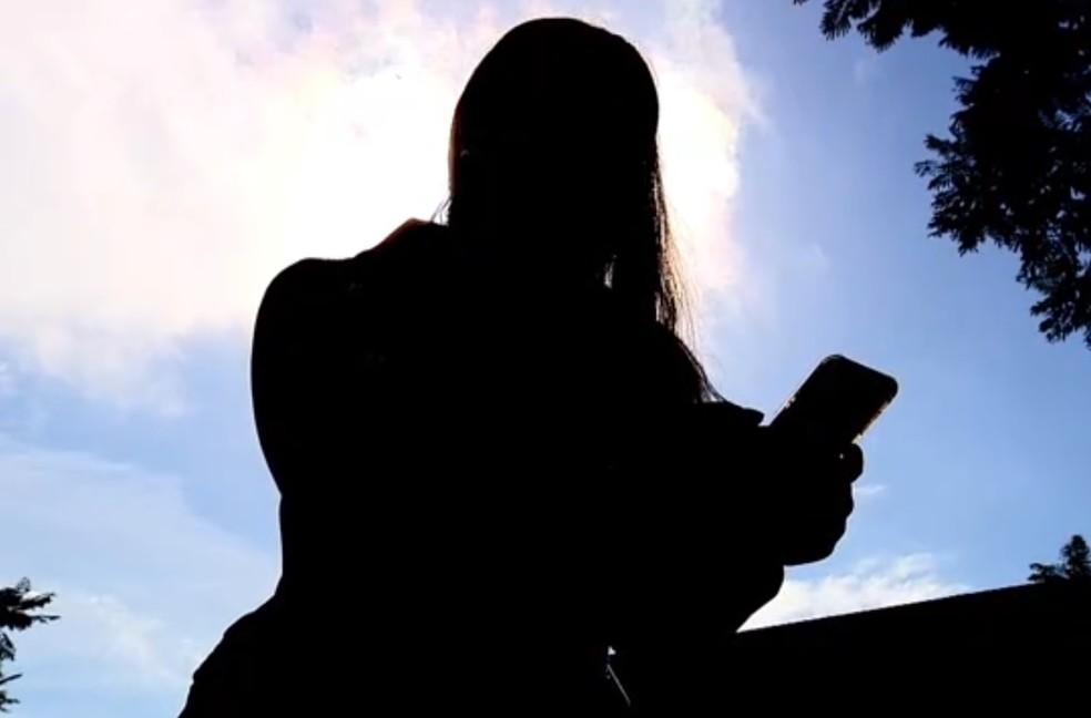 Uma das mulheres que faz uso do app diz que a polícia chega rápido com o chamado (Foto: Reprodução/RBS TV)