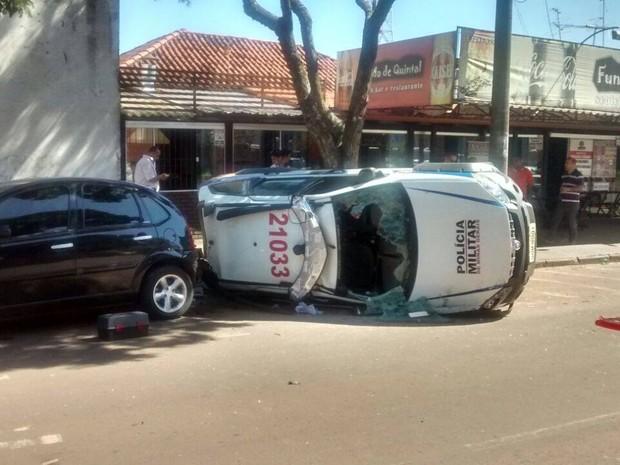 Motorista avança sinalização e viatura da Polícia Militar capota em Araguari (Foto: Divulgação/CBMMG)