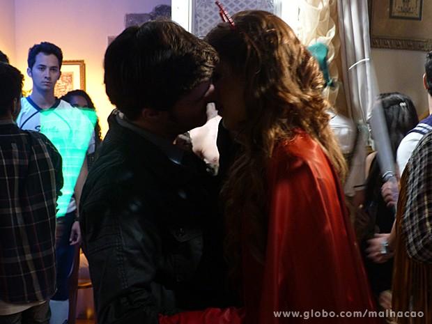 Ben vê Anita com o ex-namorado e fica arrasado!  (Foto: Malhação / TV Globo)