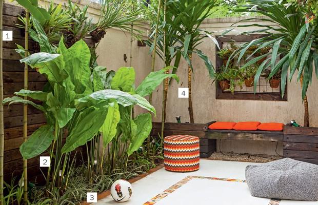 """O canteiro em """"L"""" possui bambus (1), ciclantos (2), barba-de-serpente (3) e termina na estrutura de cruzetas: um banco fica entre vasos com dracenas (4). Na parede, bromélias na treliça, da Ferro em Estilo. O ladrilho hidráulico e as lajotas de barro são  (Foto: Edu Castello)"""