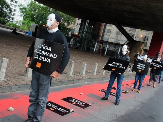 Manifestantes protestam contra falta de punição para autores de chacina em agosto na Grande São Paulo; crimes completam dois meses nesta terça (Foto: Dario Oliveira/Código19/Estadão Conteúdo)