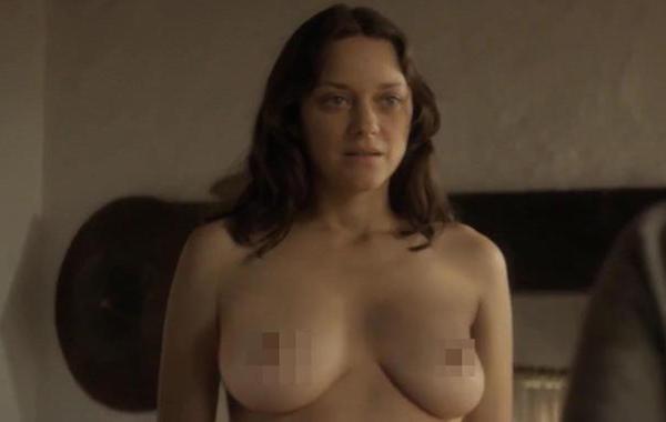 A atriz Marion Cotillard em uma cena de nudez de seu próximo filme (Foto: Reprodução)