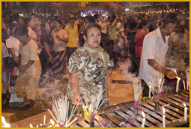 Durante os três dias da Festa das Luzes, o templo principal do país fica repleto de fiéis. O principal ato é acender velas e queimar incensos (Foto: Haroldo Castro/ÉPOCA)