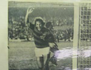 Zico comemora gol em cima do São Bento de Sorocaba (Foto: Reprodução)