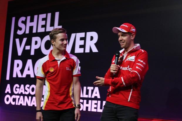 Sebastian Vettel apresentando Petecof com um futuro promissor na F1 (Foto: Divulgação)