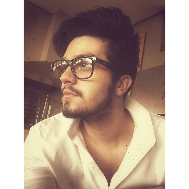 De óculos, Luan Santana arranca elogios na web