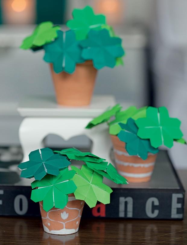 Não possui o dom da jardinagem? O que acha de criar plantinhas de papel? Na foto, foram feitos trevos de origami, mas você pode usar a sua criatividade e abusar de cores e formatos. (Foto: Cacá Bratke/Casa e Comida)