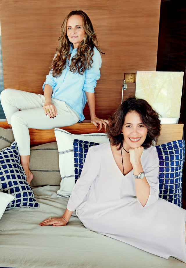 Ana Joma Fasano e Chris Guimarães posam na suíte do hotel Fasano entre as peças da Linho 1  (Foto: Thiago Justo)