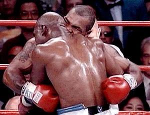 Mike Tyson morde orelha de Holyfield durante luta de boxe (Foto: Reprodução / AFP)