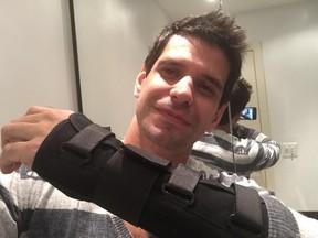 Alexandre Barillari com o braço imobilizado após acidente de moto (Foto: Arquivo Pessoal)
