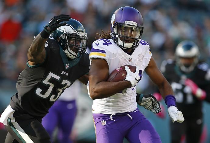 Cordarrelle Patterson, do Minnesota Vikings, disputa com Nigel Bradham, do Philadelphia Eagles  (Foto: Getty Images)