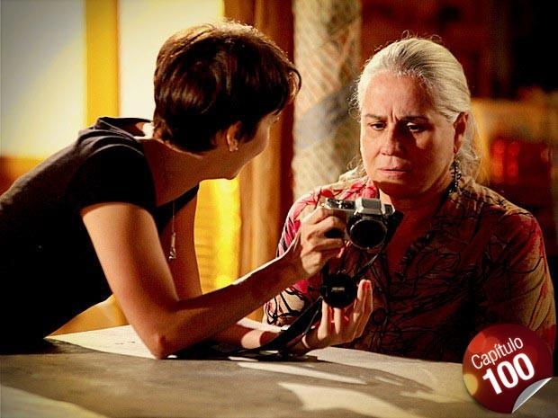 Nina mostra para Lucinda o flagra que deu em Carminha e Max (Foto: Avenida Brasil/ TV Globo)