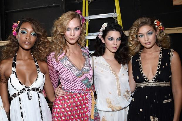 Jourdan Dunn, Kendall Jenner, Karlie Kloss e Gigi Hadid no desfile de Diane von Furstenberg, em Nova York (Foto: AFP)