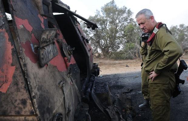 O general Benny Gantz, do exército de Israel, inspeciona veículo queimado depois que homens que cometeram atentando contra guardas egípcios invadiram Israel. Os cinco foram mortos (Foto: Gal Ashuach/IDF/AFP )