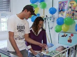 Pais comemoraram aninversário de um ano de Michael em hospital (Foto: Reprodução EPTV)
