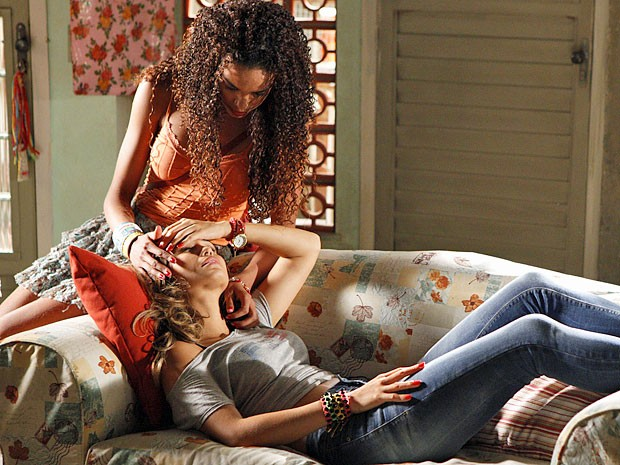 Morena recebe os cuidados de Sheila após voltar para casa (Foto: Salve Jorge/TV Globo)