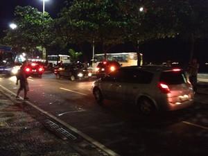 Carros entraram na contramão para desviar do protesto (Foto: Luís Bulcão/G1)