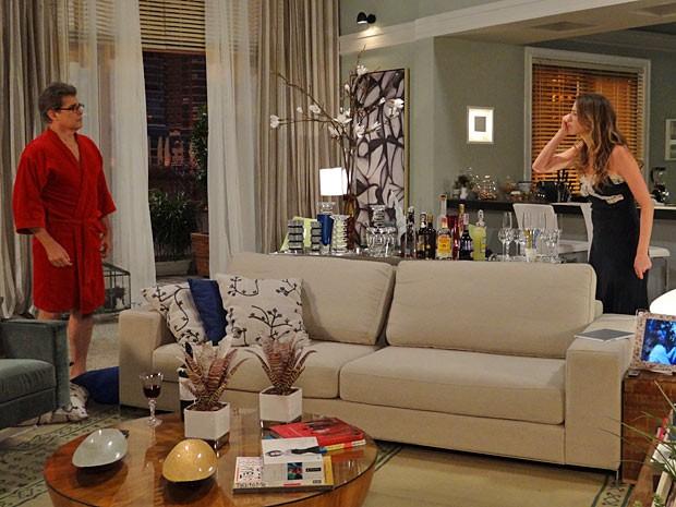 Felipe e Vânia discutem feio. Que barraco! (Foto: Guerra dos Sexos / TV Globo)
