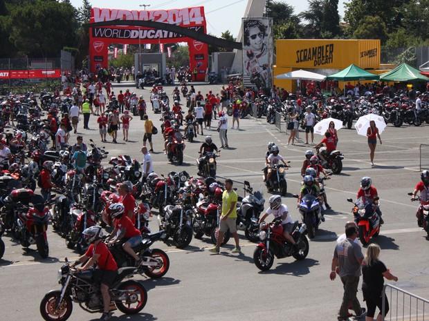Milhares de motociclistas participam de encontro, em Misano Adriatico, na Itália neste sábado (19) (Foto: Rafael Miotto/G1)