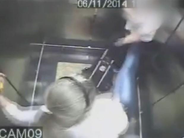 Câmera em elevador flagra mulher agredindo criança autista em São Paulo (Foto: Reprodução TV Globo)
