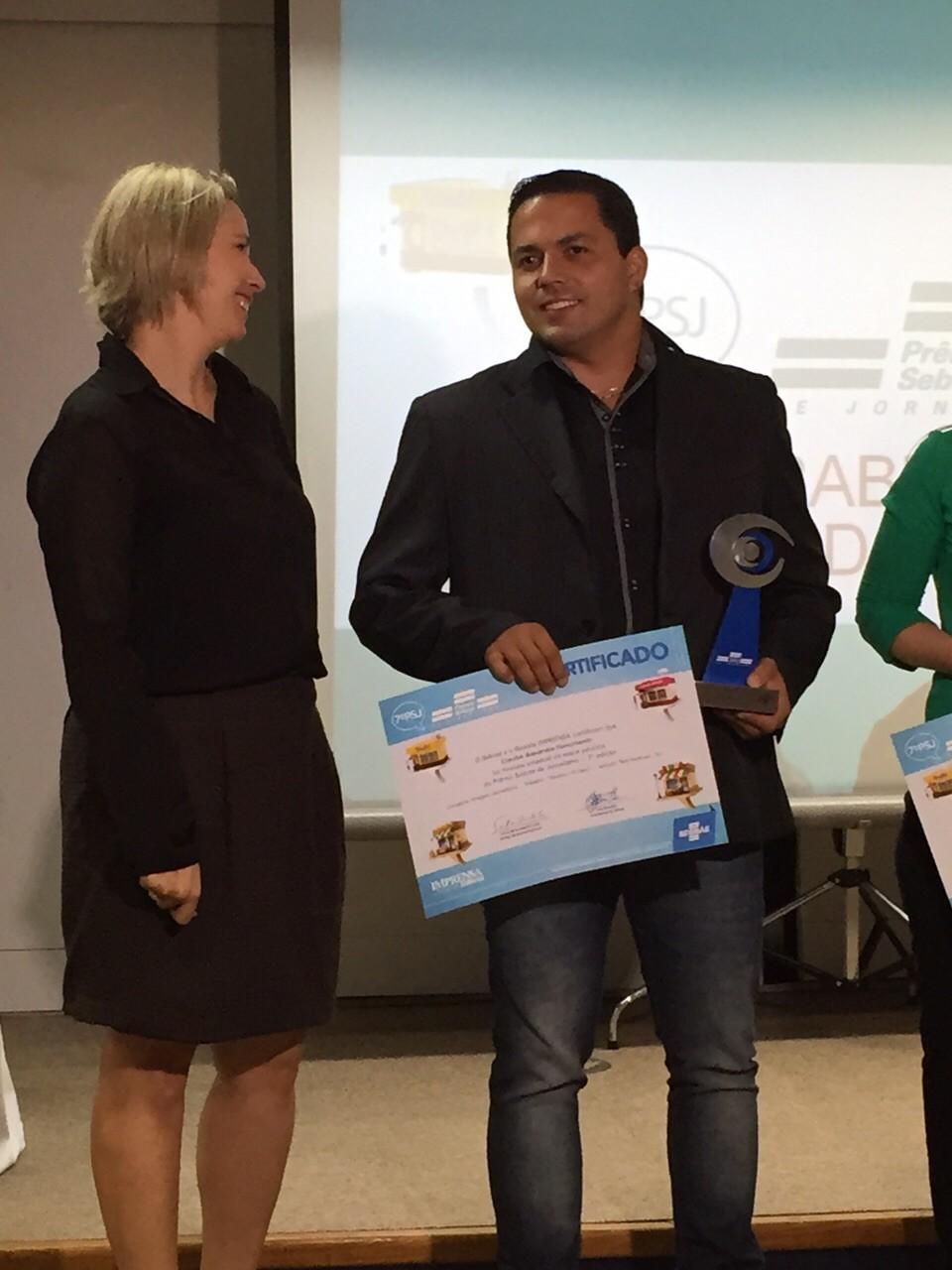 Claudio Nascimento, repórter cinematográfico da TV TEM Itapetininga, recebe o prêmio (Foto: Arquivo Pessoal)