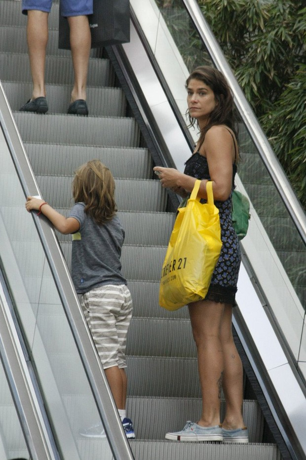 Priscila Fantin com Romeu em shopping no Rio de Janeiro (Foto: AgNews)