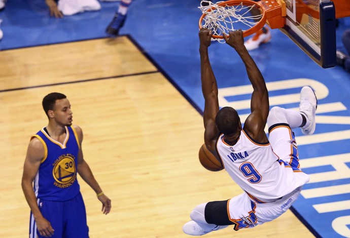Stephen Curry, Serge Ibaka, Oklahoma City Thunder x Golden State Warriors, NBA (Foto: Reuters)