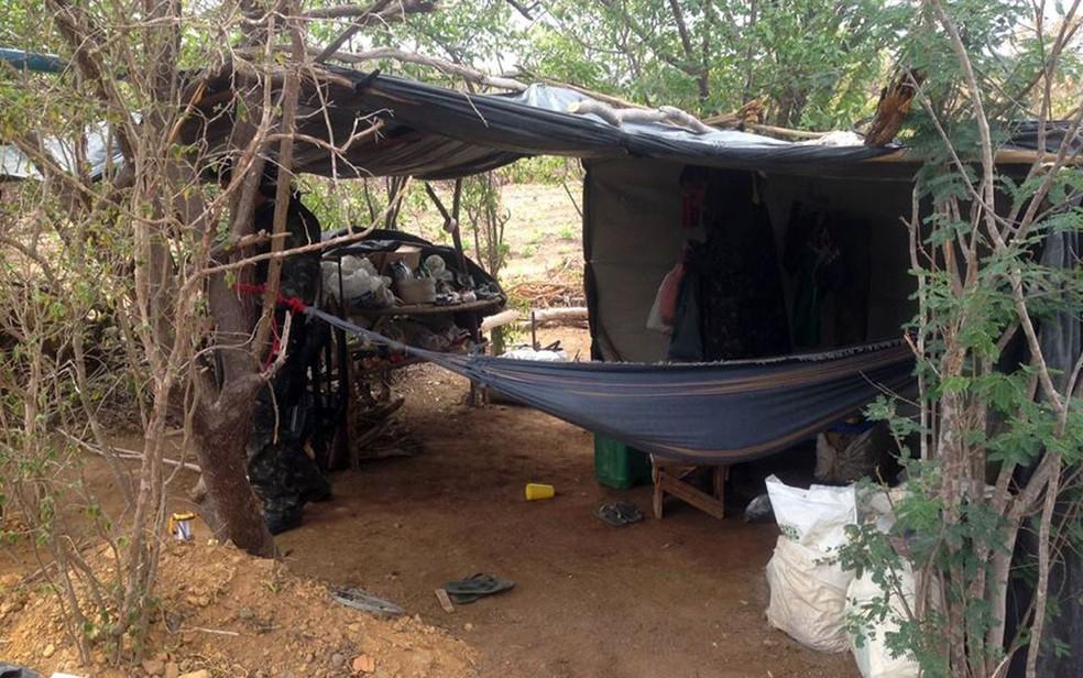 Nas imediações da plantação, havia um acampamento com estoque de alimentos (Foto: Divulgação/Polícia Civil)