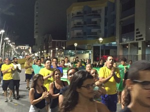 Manifestantes em Salvador iniciaram caminhada por volta das 22h (Foto: Giana Mattiazzi/TV Bahia)