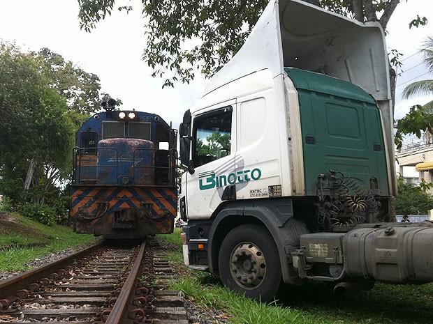 Caminhão estacionado perto da linha férrea atrapalha passagem de trem na Bahia (Foto: Alexandre Almeida/ VC no G1)