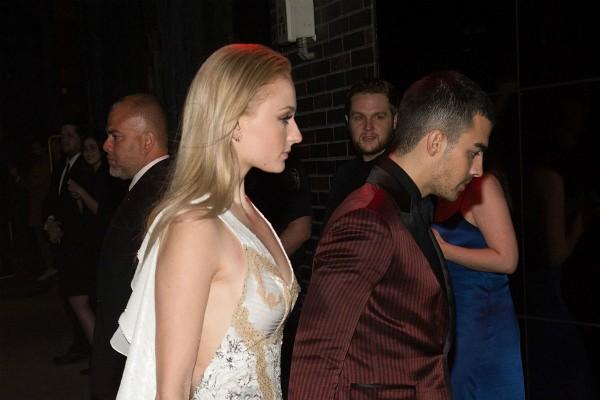 A atriz Sophie Turner com o namorado, o cantor Joe Jonas (Foto: Getty Images)