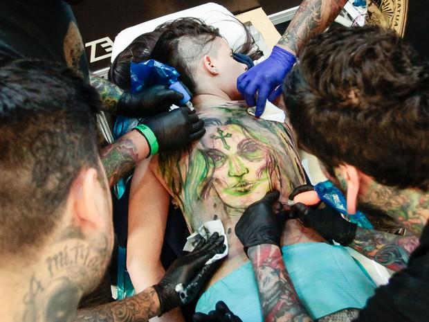 Feira reúne tatuadores para fazer desenho nas costas de voluntários (Foto: Ale Frata/Código 19/Estadão Conteúdo)