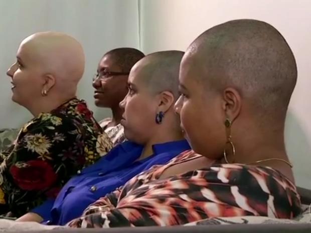 Amigas não hesitaram em raspar o cabelo em solidariedade à amiga (Foto: Reprodução/TV Rio Sul)
