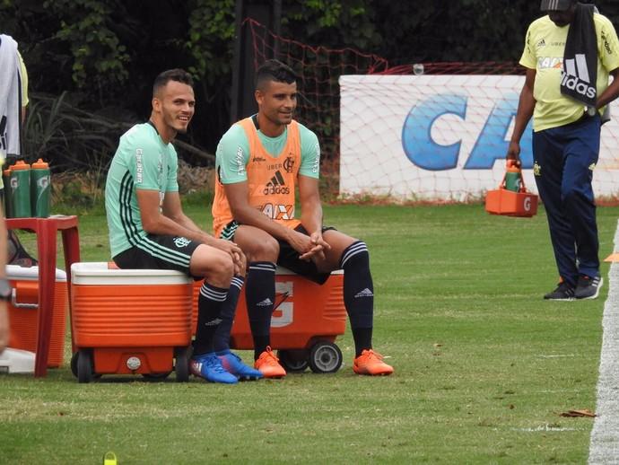 Jogador conversa com Renê durante treino (Foto: Fred Gomes)