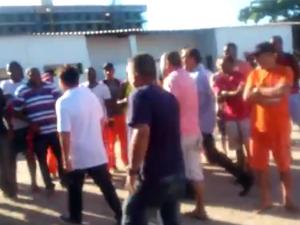 Prefeito Alair Corrêa (de camisa branca) vai para cima de funcionários em discussão (Foto: Reprodução)