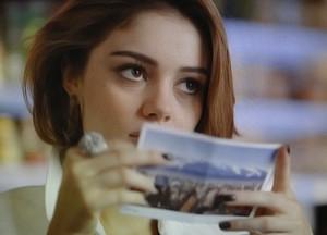 Amora recebe um cartão-postal de sua irmã (Foto: Sangue Bom / TV Globo)