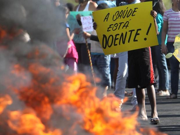 Manifestantes fecham BR-040, em Ribeirão das Neves, na Grande BH (Foto: Alex de Jesus/O Tempo/Estadão Conteúdo)