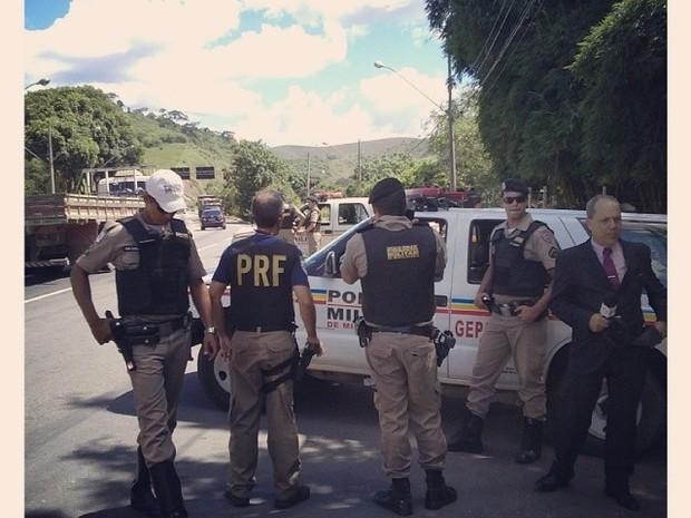 Cerco foi armado na BR 116 após denúncia anônima. (Foto: Vitor Oliveira/Inter TV)