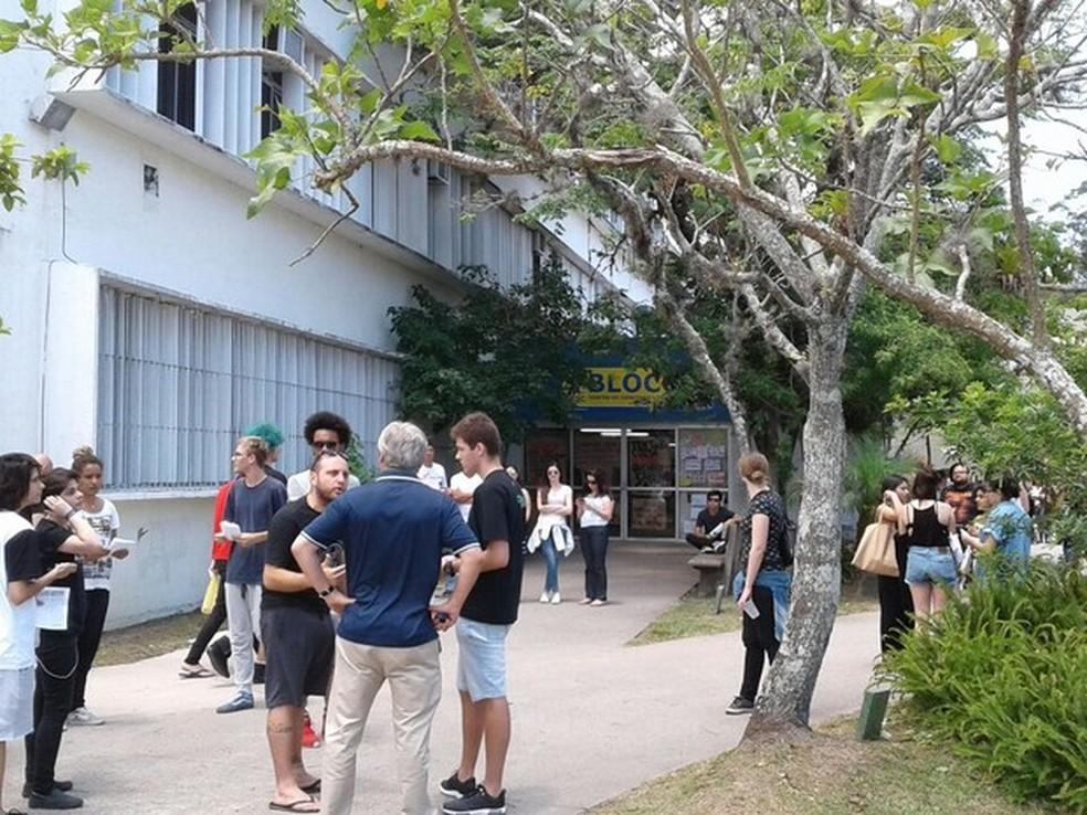 Estudantes foram surpreendidos com adiamento do Enem em dois locais de prova na UFSC (Foto: Julio Ettore/RBSTV)