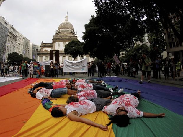 Manifestantes fazem ato, no Rio, pedindo a criminalização da homofobia (Foto: Marcelo Piu/ Agência O Globo)