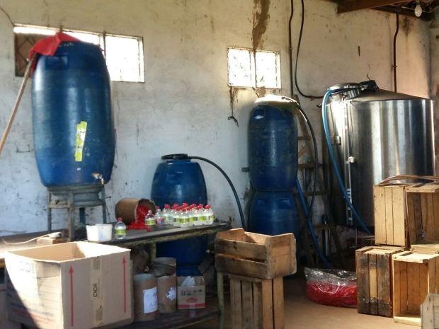 Local era usado como destilaria clandestina (Foto: Divulgação / Polícia Militar)