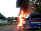 Passageiros escapam ilesos após ônibus pegar fogo em acidente na BA